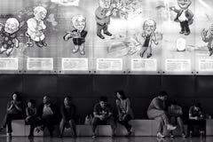 Mensen die in de wetenschap & de technologiezaal zitten van Peking stock fotografie