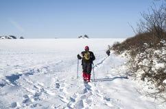 Mensen die in de winter op een sneeuwsleep wandelen Royalty-vrije Stock Afbeelding
