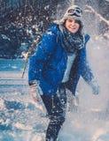 Mensen die de wintervakantie besteden aan bergplattelandshuisje Royalty-vrije Stock Fotografie
