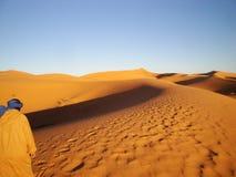 Mensen die in de woestijn lopen Stock Foto's