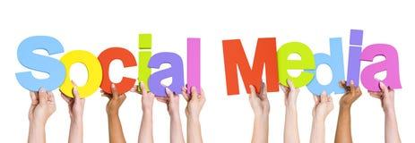Mensen die de Word Sociale Media houden stock fotografie