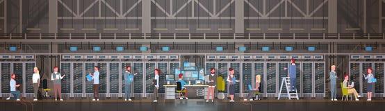 Mensen die in de Zaal van het Gegevenscentrum het Ontvangende Servercomputer Gegevensbestand van de Controleinformatie werken royalty-vrije illustratie