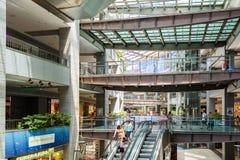 Mensen die de Zomerverkoop in het Winkelen het Binnenland van de Luxewandelgalerij zoeken Stock Afbeelding