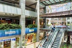 Mensen die de Zomerverkoop in het Winkelen het Binnenland van de Luxewandelgalerij zoeken Stock Foto's