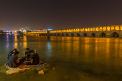 Mensen die dichtbij de oude brug Si-o-Seh Pol. rusten Royalty-vrije Stock Foto's