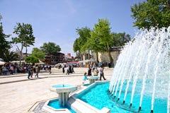 Mensen die dichtbij Eyup Sultan Mosque in Istanboel lopen Royalty-vrije Stock Afbeelding