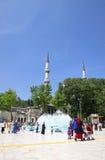 Mensen die dichtbij Eyup Sultan Mosque in Istanboel lopen Royalty-vrije Stock Foto