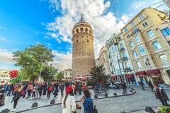 Mensen die dichtbij Galata-toren lopen - een beroemd oriëntatiepunt van Istanboel stock foto