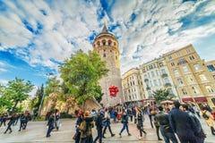 Mensen die dichtbij Galata-toren lopen - een beroemd oriëntatiepunt van Istanboel royalty-vrije stock afbeelding