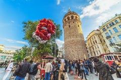 Mensen die dichtbij Galata-toren lopen - een beroemd oriëntatiepunt van Istanboel stock fotografie