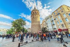 Mensen die dichtbij Galata-toren lopen - een beroemd oriëntatiepunt van Istanboel stock afbeeldingen