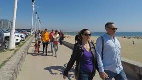 Mensen die dichtbij het Strand lopen stock videobeelden