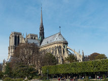 Mensen die dichtbij Notre Dame Cathedral in Parijs Frankrijk lopen royalty-vrije stock foto