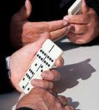 Mensen die dominospel voor vrije tijd spelen Royalty-vrije Stock Foto's