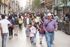 Mensen die door Calle Francisco I lopen Madero in Hictorical-cen Stock Fotografie