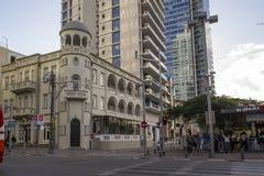 Mensen die door de Rotshild-Boulevard van Tel Aviv lopen israël royalty-vrije stock afbeelding