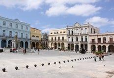 Mensen die door in pleinvieja overgaan, Havana stock afbeeldingen