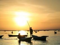 Mensen die door zonsondergang Bali Indonesië worden gesilhouetteerd Stock Foto