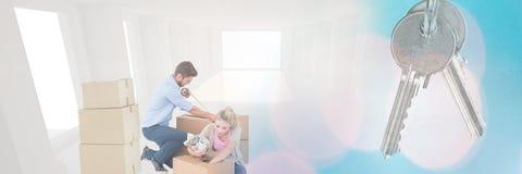 mensen die dozen bewegen in nieuw huis met sleutel Stock Afbeelding