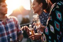 Mensen die dranken hebben bij partij royalty-vrije stock afbeeldingen