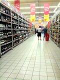 Mensen die dranken kopen stock afbeeldingen