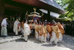 Mensen die een altaar in Atsuta-Heiligdom, Nagoya, Japan dragen