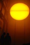 Mensen die een artistieke interpretatie van de zon bekijken Royalty-vrije Stock Foto's