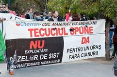 Mensen die een banner houden tegen Chevron Royalty-vrije Stock Foto's