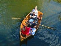Mensen die een boot proberen te roeien Stock Fotografie