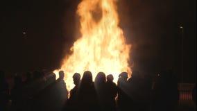 Mensen die een brand Pasen 1080p bekijken stock footage