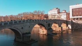 Mensen die een brug in de stad van Rome kruisen royalty-vrije stock foto