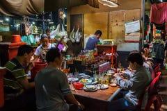 Mensen die in een Cambodjaanse markt eten Stock Afbeeldingen