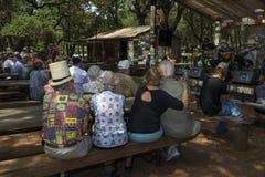 Mensen die een country muziekoverleg in Luckenbach, Texas bijwonen Stock Foto's