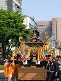 Mensen die een draagbaar heiligdom dragen Stock Afbeelding
