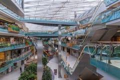Mensen die in een groot Nederlands binnenwinkelcomplex winkelen Royalty-vrije Stock Foto