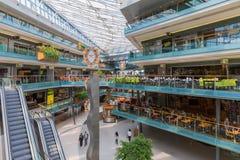 Mensen die in een groot Nederlands binnenwinkelcomplex winkelen Royalty-vrije Stock Afbeelding