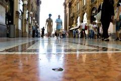 Mensen die in een handelscentrum Milaan Italië lopen Stock Afbeeldingen