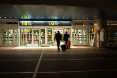 Mensen die in een internationale luchthaven binnengaan Royalty-vrije Stock Afbeeldingen