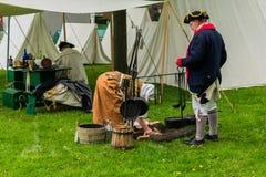 Mensen die een kamp van de burgeroorlogera weer instellen stock afbeelding