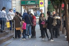 Mensen die een kerk een rij vormen te bezoeken Royalty-vrije Stock Fotografie