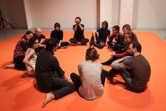 Mensen die een klasse van lichaamsvoorlichting nemen bij Olis-Festival in Milaan, Italië