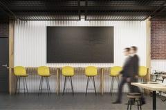 Mensen die een Koffie met een bord en een rij van gele stoelen ingaan Royalty-vrije Stock Afbeelding