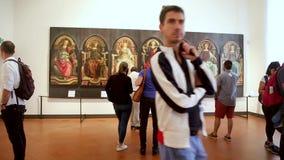 Mensen die een kunstwerk bij de Uffizi-Galerij in Florence Italy bekijken stock videobeelden