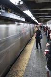 Mensen die in een Metropost wachten in NYC van de binnenstad stock foto's
