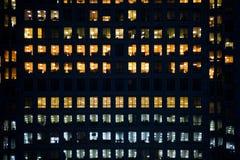 Mensen die in een modern bureaugebouw werken Stock Foto