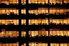 Mensen die in een modern bureaugebouw werken Stock Afbeelding