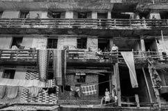 Mensen die in een oud gebouw, Bangladesh leven  Stock Afbeeldingen