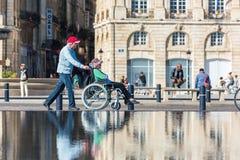 Mensen die een spiegelfontein in Bordeaux, Frankrijk bezoeken Stock Afbeelding