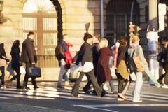 Mensen die een Straat kruisen stock afbeeldingen