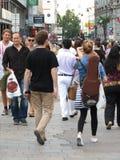 Mensen die in een straat van het stadscentrum lopen Stock Foto